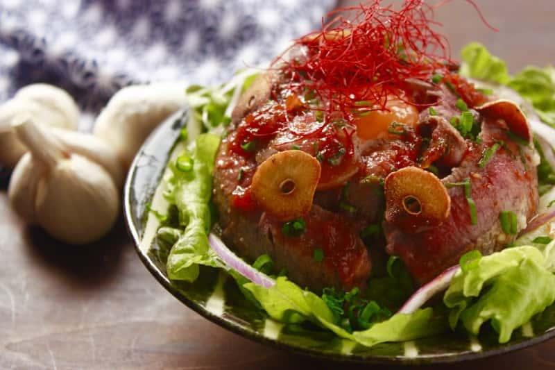 彼が大喜びする♡超がっつり!ステーキ肉を使った丼レシピ【1フライパン】