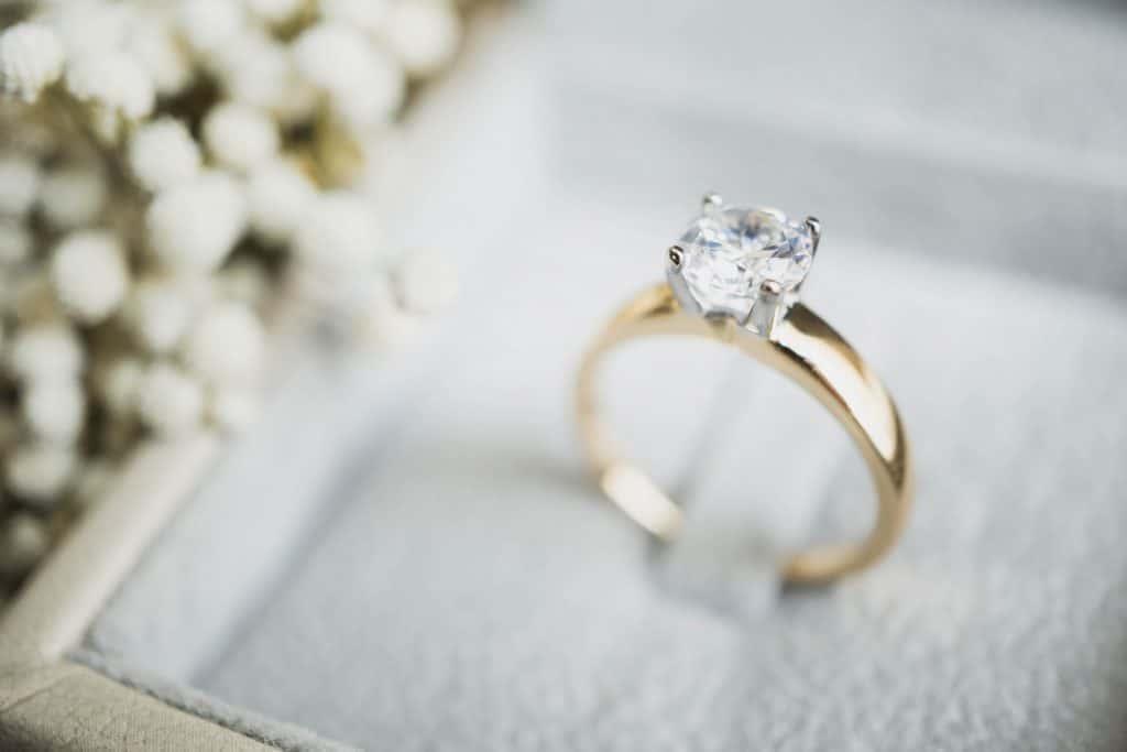 婚約指輪のお返しは必要?相場は?男性が喜ぶおすすめ定番アイテム4選